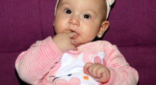 Baby-mit-Biokleidung
